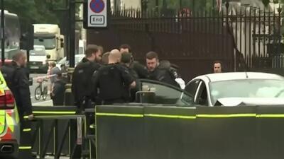 Posible atentado terrorista frente al parlamento británico: un auto se estrella hiriendo varias personas