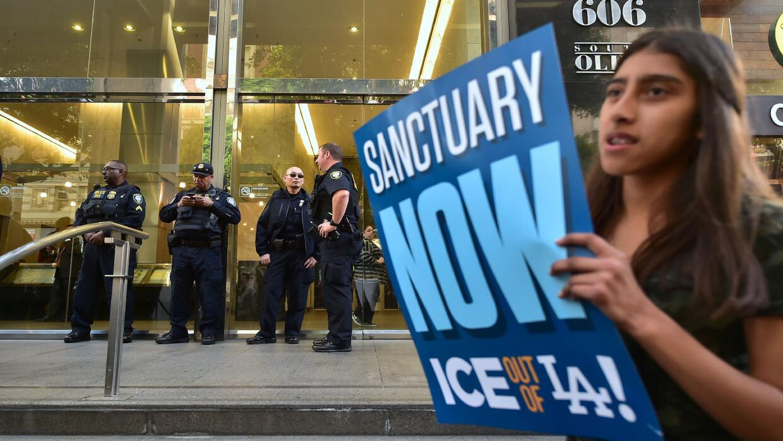 Protesta ante la Corte de Inmigración de Los Ángeles para...
