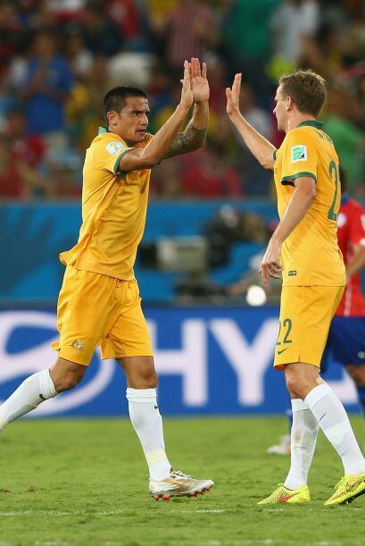 Al 34', Cahill acercó a los australianos con un magnifico remate de cabe...