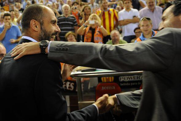 Al inicio del juego, los técnicos Josep Guardiola y Unai Emery se saluda...