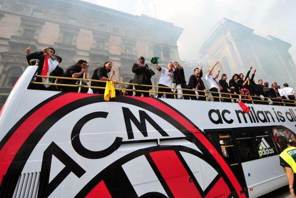 Milan festejó su nuevo título con una fiesta impresionante con sus hinchas.