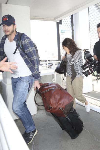 A su llegada a Los Angeles, fueron asediados por una decena de fotógrafo...