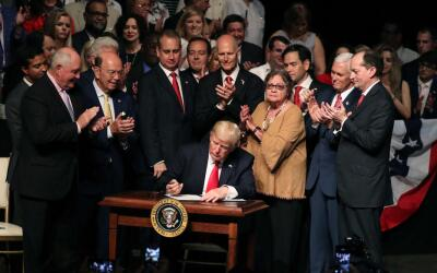El presidente Trump firma la orden ejecutiva que revierte algunas de las...