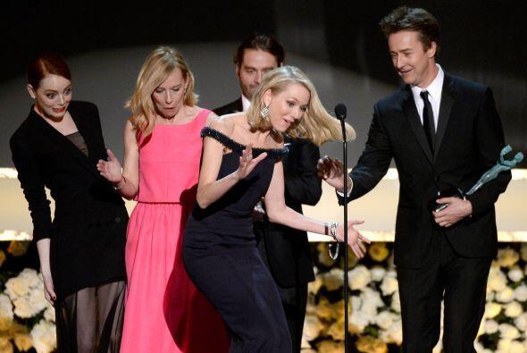 Un chusco momento con Naomi Watts en el escenario. ¡Mira la expresión de...
