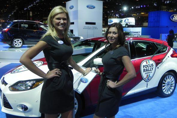 Las modelos se vieron muy contentas de encontrarse junto al nuevo Focus...