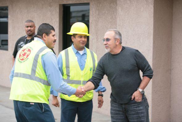 Estefan también se dio tiempo para saludar a los trabajadores del lugar.