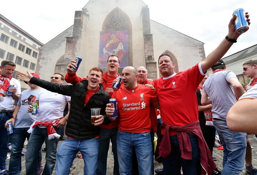 Los Fanáticos de Liverpool y Sevilla invadieron las calles de Sui...