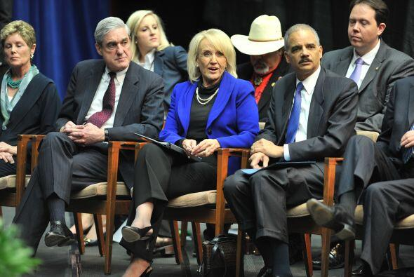 La gobernadora de Arizona, Jan Brewer, estuvo sentada al lado del direct...
