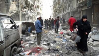 Una mujer de Siria llora al abandonar una cuadra residencial que fue ata...