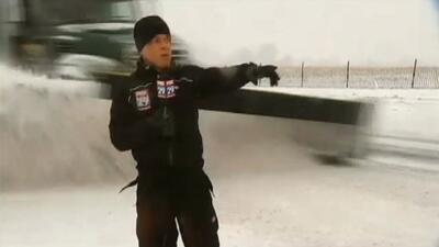 Reportero se enfrenta a una máquina quita nieve