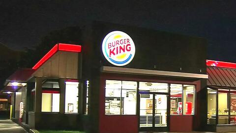 Un herido deja tiroteo entre tres hombres afuera de un Burger King en el...