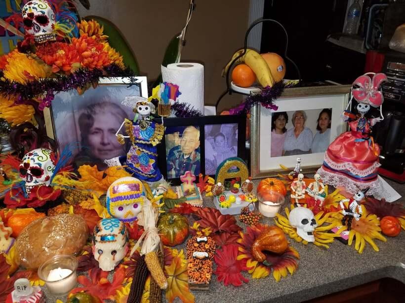 La tradición de los altares del Día de Muertos sigue muy v...