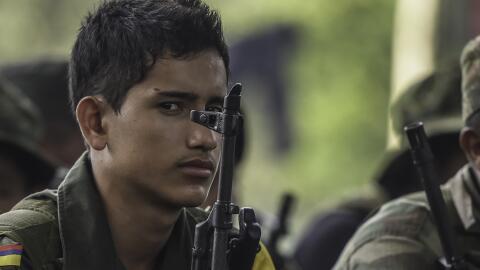 Un joven recluta de las FARC escuchó una clase sobre el proceso de paz e...