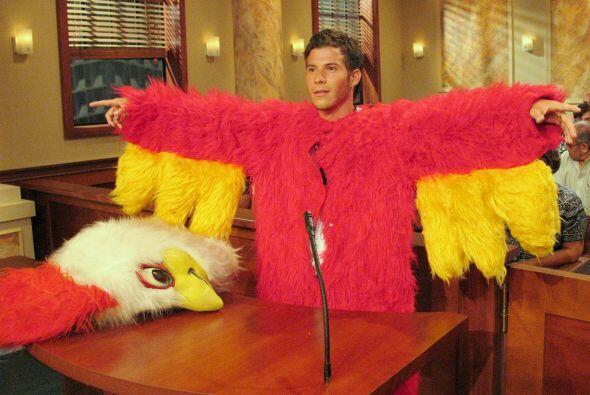 La jueza Pereyra también recibió a pollo rojo que fue contratado para re...