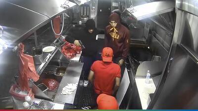 (Video) A punta de pistola, asaltan y golpean brutalmente a un taquero