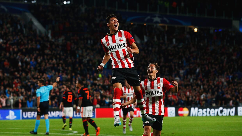 Héctor Moreno celebra su gol con el PSV ante la mirada de Andrés Guardado.
