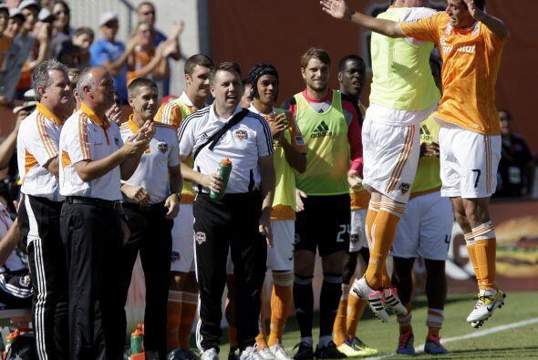 Collin Clark de Houston Dynamo baila en las alturas y sus compañeros lo...
