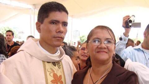 El sacerdote Iván Añorve Jaimez y su madre Maricruz Jaimez...