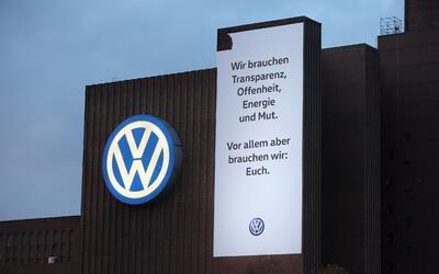 Un cartel en la fachada de la fabrica de Volkswagen el Wolfsburg, Aleman...