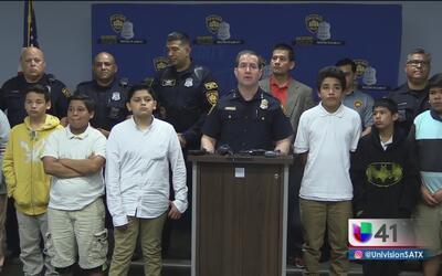 Policías de San Antonio se suman a un programa de mentores para jóvenes