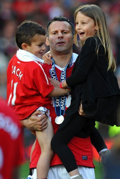 Jugadores emblemáticos como Ryan Giggs fueron a abraza a sus familias.