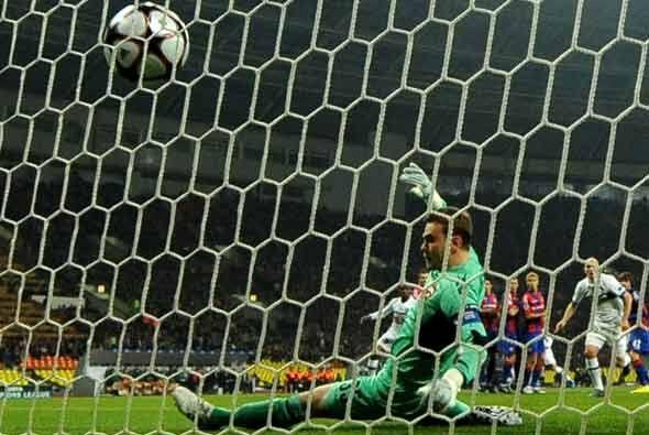 Pero un tiro libre ejecutado por Wesley Sneijder, en colaboración con el...
