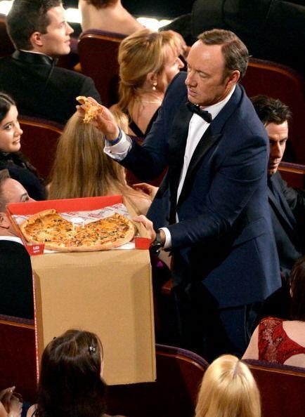 Hasta Kevin Spacey ayudó en la ebtrega de su pizza para sus colegas. ¡La...