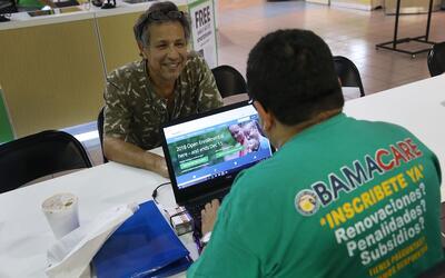 Un agente de seguros de Florida registra a una persona en Obamacare en F...