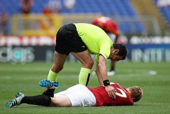 El árbitro Pierpaoli dejó knock-out a Riise jugador de la Roma.