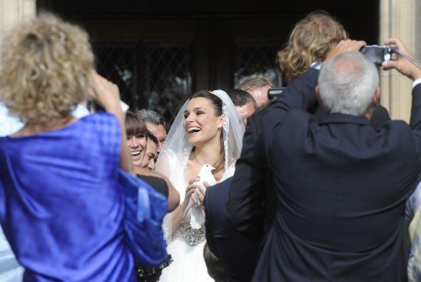 Acabó la ceremonia religiosa y Alena salía más que contenta y emocionada.