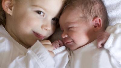 Video de una niña mostrando increíble afecto a su hermanita se hace viral (y nos enseña cómo prevenir celos entre hermanos)