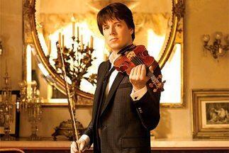 Joshua Bell posa con su violín Stradivarius para el fotógrafo Timothy Wh...