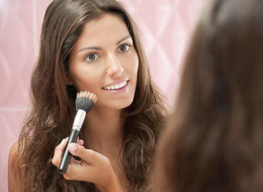 Para que la base líquida de maquillaje dure más tiempo debes mantenerla...