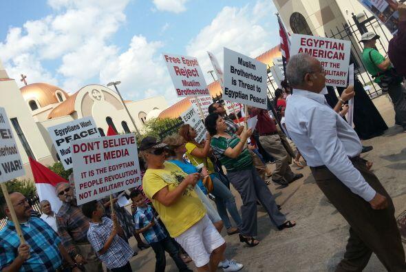 Decenas de manifestantes pidieron el cese a la violencia en ese país, do...