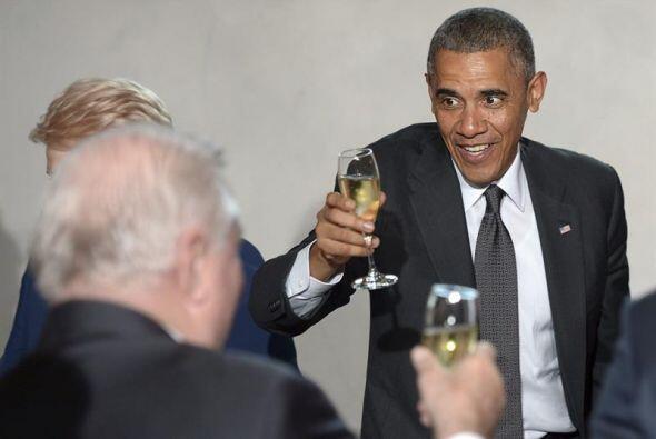 El presidente de Estados Unidos, Barack Obama, brinda con el expresident...