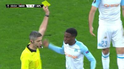 Tarjeta amarilla. El árbitro amonesta a Bouna Sarr de Marseille