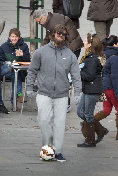 ¿Qué hacía el guapo futbolista disfrazado de mendigo?