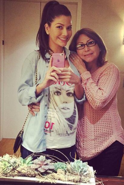 Ana disfrutando del amor de su mamá en Los Ángeles. (Febrero 1, 2015)