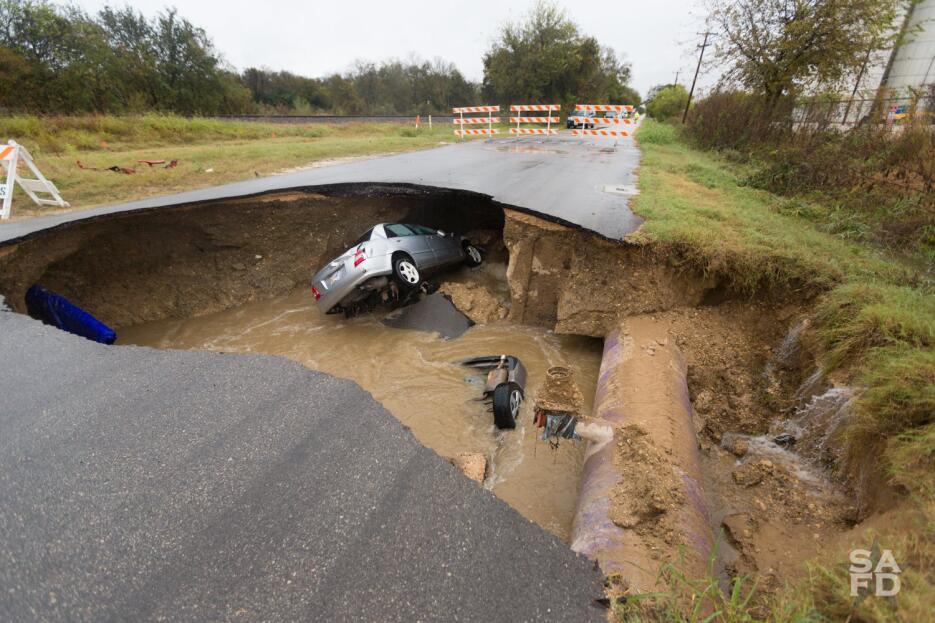 En Imágenes: una persona murió luego de que su auto cayera en un agujero...