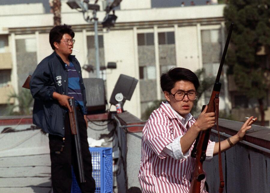 Para prevenir los saqueos, los dueños de negocios los defendieron a tiros.