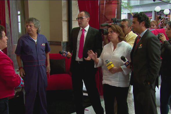 ¡De pronto una ola de reporteros de espectáculos inundó el hotel!