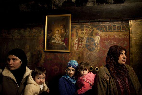 Al prelado lo acompañaron grupos de cristianos palestinos vestidos con u...