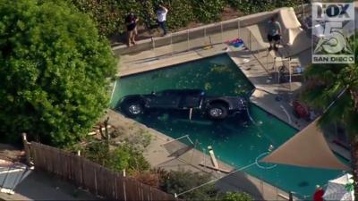 La camioneta Ford Raptor terminó totalmente sumergida en la pisci...