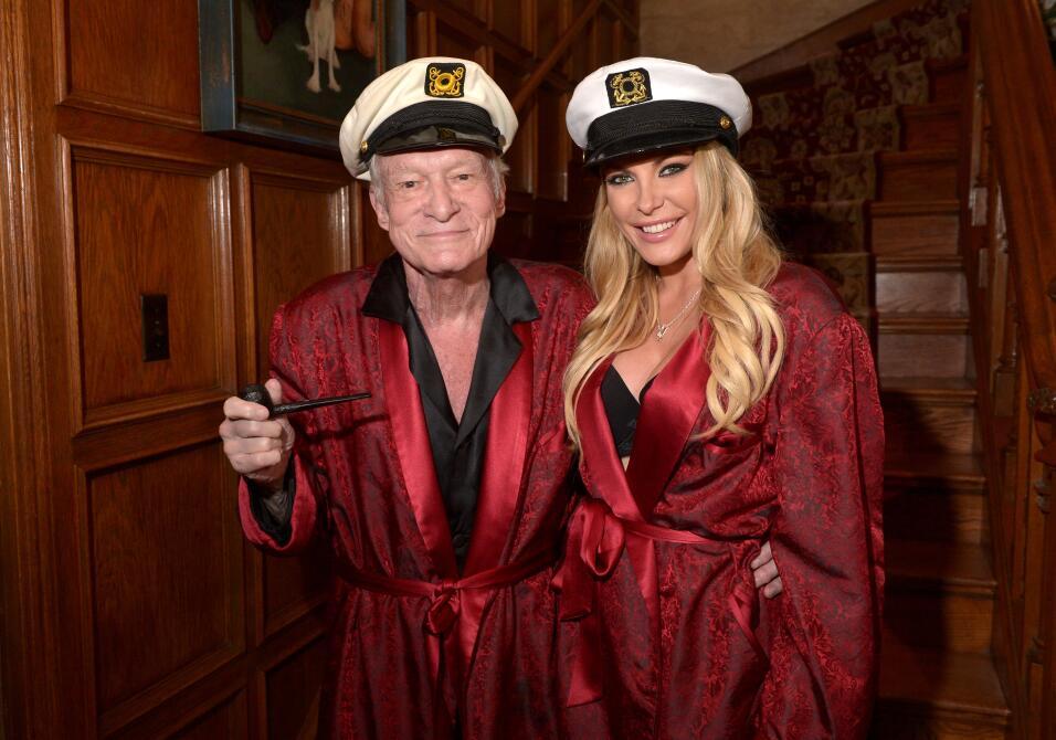 Hugh Hefner y su esposa, Crystal Hefner, posan en la mansión Playboy