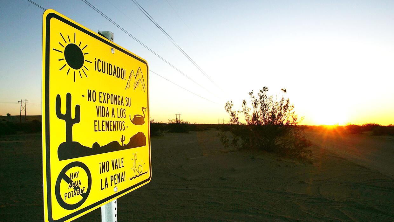 Un cartel advierte a los inmigrantes los peligros en la frontera.