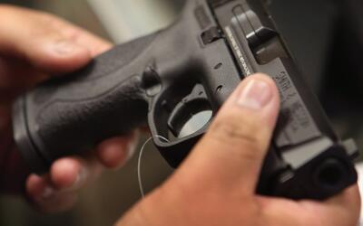 Autoridades investigan un tiroteo que dejó a un adulto muerto y un menor...