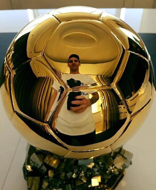 ¡No es una selfie cualquiera de Lionel Messi! Se trata de una foto bajo...