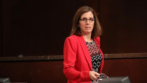 La congresista republicana de Arizona Martha McSally rechaza las ciudade...