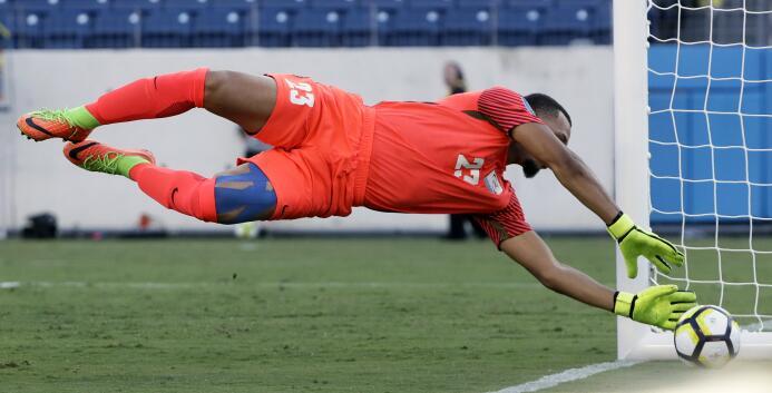 Martinica gana y es líder de grupo AP Kevin Olimpa blocks a shot from Ni...