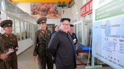 Kim Jong Un en su visita al Instituto de Materiales Químicos de Corea de...